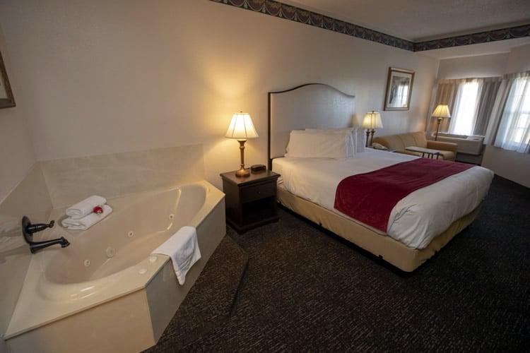 Kingwhirlpoolroom Hotelgrandvictorian Bransonmissouri